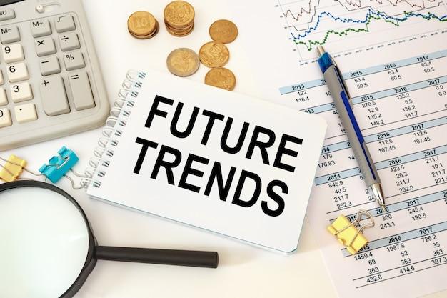 미래의 트렌드는 사무실 액세서리가있는 사무실 책상 위에 메모장에 기록됩니다. 비즈니스 개념.