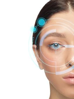사이버 기술 눈 패널, 사이버 공간 인터페이스, 안과 개념을 가진 미래의 여성. 현대 식별 기술, 눈 치료, 초점을 갖춘 아름다운 여성의 눈. 카피스페이스.