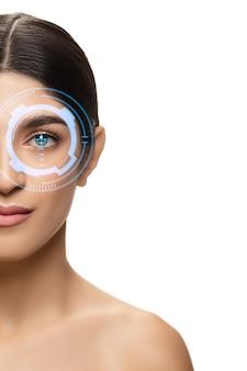 Будущая женщина с глазной панелью кибертехнологий, интерфейсом киберпространства, концепцией офтальмологии. красивый женский глаз с современной технологией идентификации, лечение глаз, фокус. copyspace.