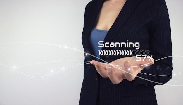 未来的で技術的なスキャンの概念。灰色の背景にデジタルホログラムを手に持ってください。個人の安全、没入型テクノロジーの未来、サイバネティックビジネスを確保するための認識とスキャン。