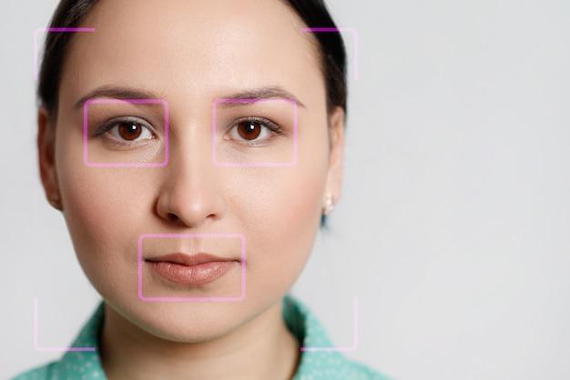 얼굴 인식 및 스캔 한 사람을 위해 아름다운 여성의 얼굴을 미래적이고 기술적으로 스캔합니다. 그것은 개인의 안전을 보장하는 역할을 할 수 있습니다. 미래, 보안, 스캔의 개념.