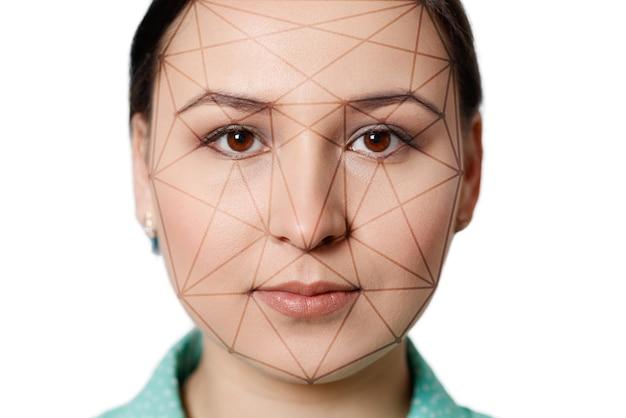 Футуристическое и технологичное сканирование лица красивой женщины для распознавания лиц