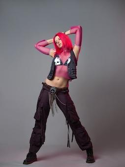 未来的なファッションピンクの髪の若い明るく魅力的な女性