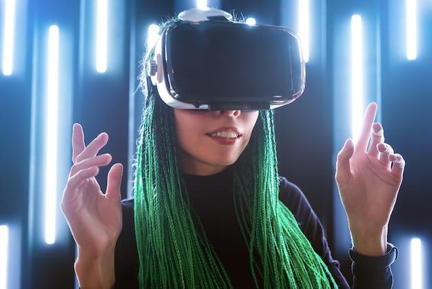 Футуристическая девушка с гарнитурой виртуальной реальности