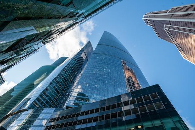 유리와 금속의 미래의 현대적인 고층 빌딩입니다. 프리미엄 사진