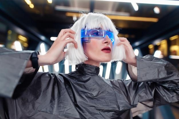 未来的なスタイル。サイバーパンクの女性。