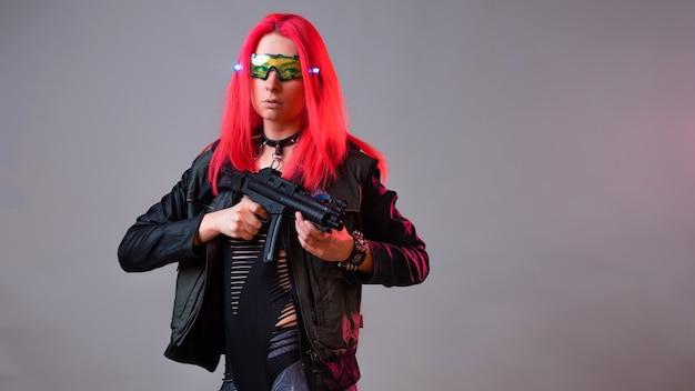 미래의 테크노 산적 해커 환상적인 이미지 젊은 여성