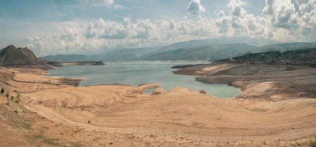 峡谷と貯水池の未来的な景色、旅行のコンセプト