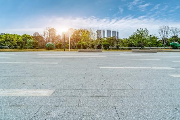 福州市の広場と近代的な建物