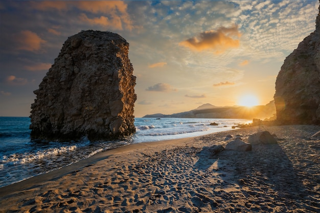 日没、ミロス島、キクラデス諸島、ギリシャのfyriplakaビーチ