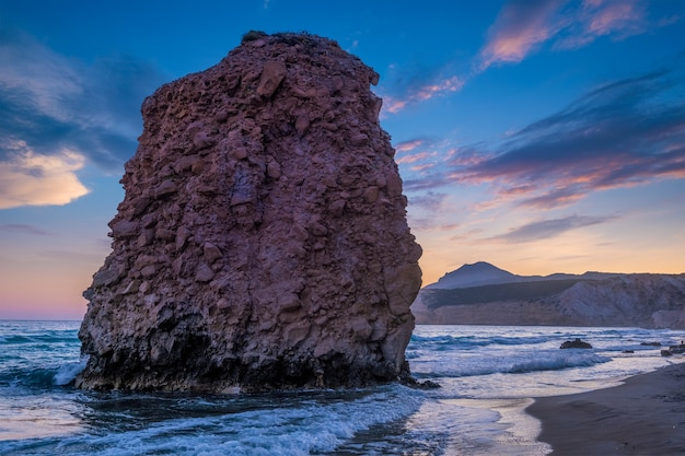 サンセットミロス島キクラデス諸島ギリシャのフィリプラカビーチ