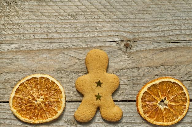 乾燥オレンジスライスと生gパン男の平面図です。プロジェクトのコピースペースでお祝いクリスマスグリーティングカード