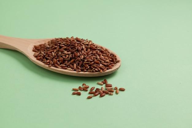 나무로되는 숟가락에 gaba 쌀 클로즈업. 발아 현미.