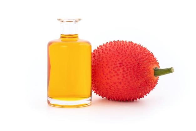 Gac 과일과 기름 흰색 절연입니다.