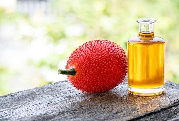 자연에 gac 과일과 기름.