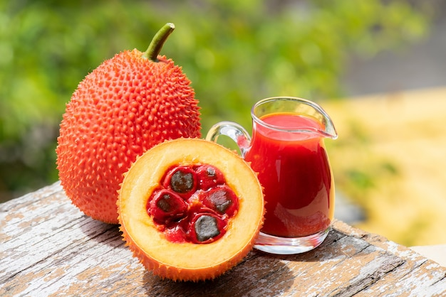 Gac 과일과 주스 자연 배경입니다.