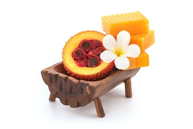 Gac 과일과 비누 흰색 배경에 고립입니다.