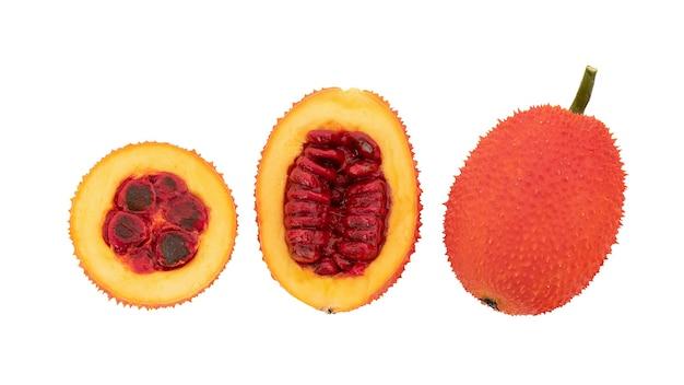클리핑 패스와 함께 흰색 배경에 격리된 gac 과일, 평면도.