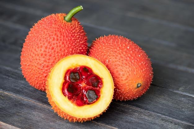 오래 된 나무 배경에 gac 과일입니다.