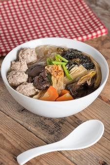 きれいなスープに豆腐と豚肉を混ぜたもの。 (gaeng jued woon sen)