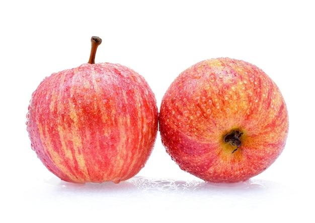 Гала-яблоки с каплями воды на белом фоне
