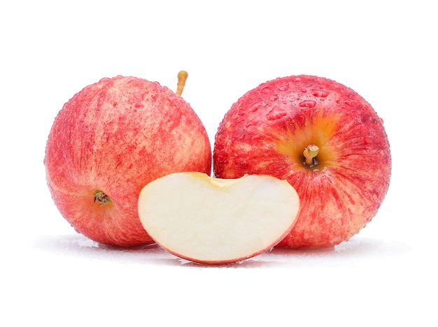 白い背景の上の水滴とガラりんご。