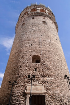 Башня галата против голубого неба в стамбуле.