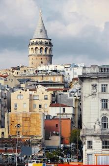 Галатская башня издалека в стамбуле, турция