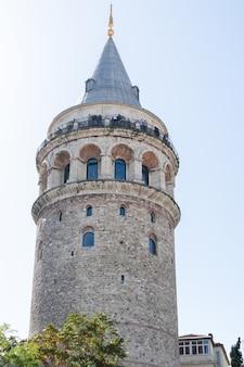Галатская башня в городе стамбул. вид на галатскую башню.