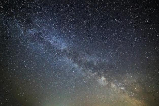 明るい星と夜空の銀河天の川。宇宙空間の天体写真。