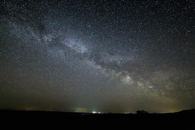 Галактика млечный путь в ночном небе с яркими звездами. астрофотография космического пространства.