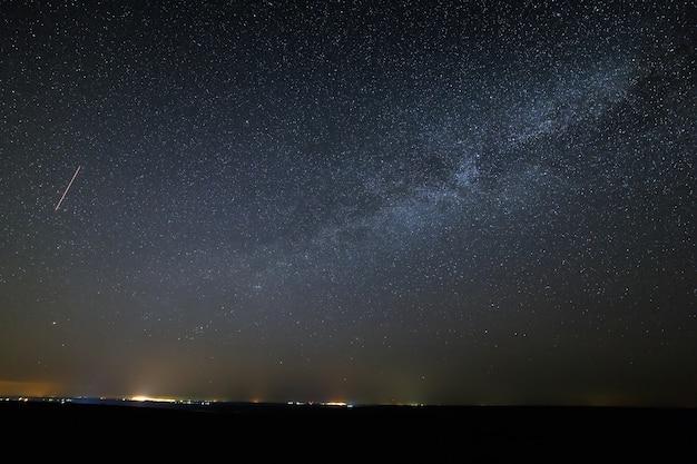 星が明るい夜空の銀河天の川