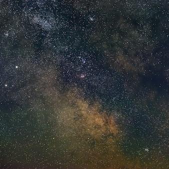 Галактика млечный путь в ночном небе со звездами. вид на открытое пространство. длительное воздействие.