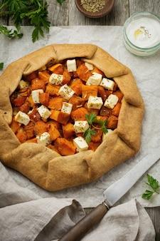 Galeta 또는 오래 된 나무 표면에 호박과 죽은 태아의 치즈와 피자