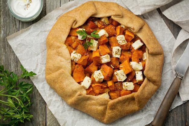 Galeta 또는 호박과 페타 치즈 피자. 평면도. 프리미엄 사진