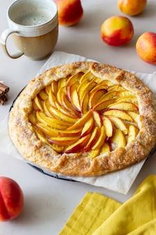 ガレットまたは桃のオープンパイ。ベーキング。ベジタリアンフード。