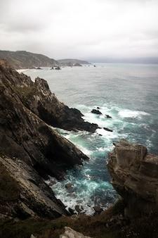 劇的な崖、島々、大西洋の景色を望むガリシアの海岸線