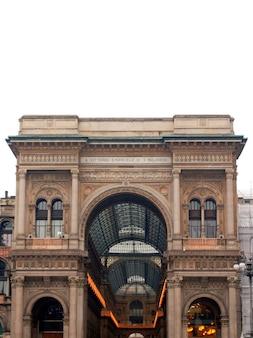 Галерея витторио эмануэле ii в милане, италия - изолированные на белом фоне