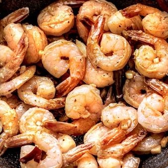 ガンバスアルアヒージョのエビベースの料理のクローズアップ写真