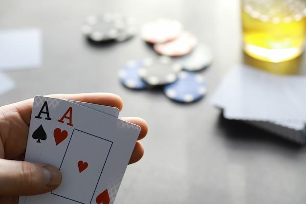 돈을 위한 도박 카드 게임. 텍사스 홀덤 포커. 손에 든 카드, 칩 놀이, 유리잔에 담긴 술 카드 한 벌.