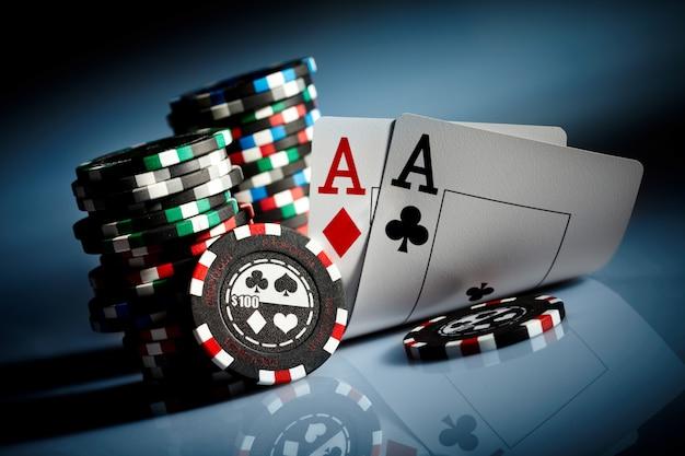 暗闇の中でギャンブルチップ