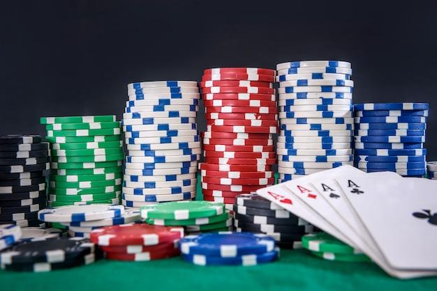 Концепция азартных игр. комбинация из четырех тузов с покерными фишками на зеленом столе