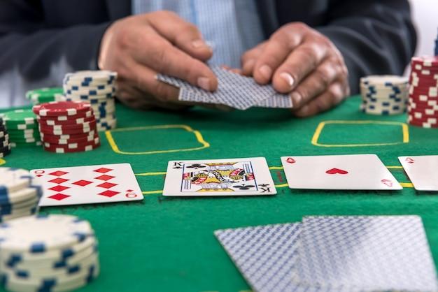Человек концепции азартных игр играет в покер в казино. удачливый для риска или победителя