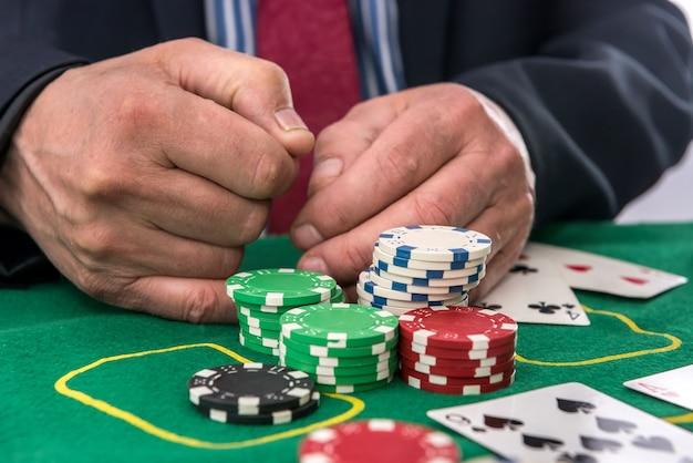 도박 개념 남자 카지노에서 포커 게임