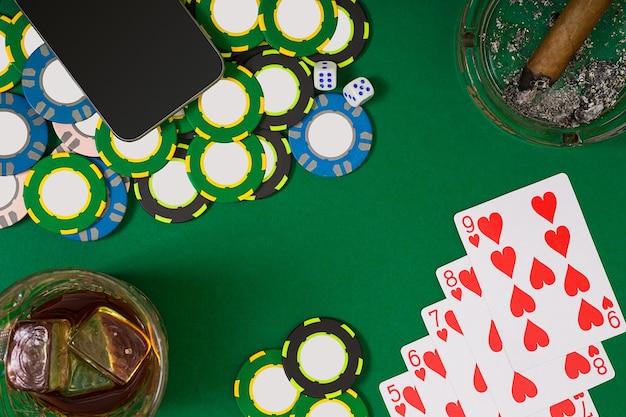 Концепция азартных игр и развлечений заделывают фишки казино виски, игральные карты и ...