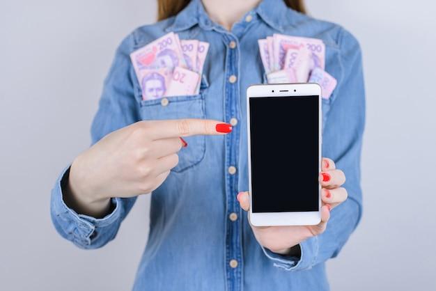 ギャンブルインターネットトラフィックペイウィナートランザクションプロバイダーカスタマーストアウィンユーザージョブワークバイビルメディアピープルパーソンコンセプト。電話の隔離された表面を持つ女性の手のトリミングされたクローズアップ写真
