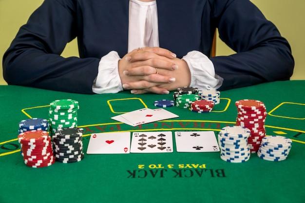 도박, 카지노에서 포커를 할 준비가 된 여자