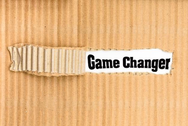 Слова game changer, написанные на порванном куске картона