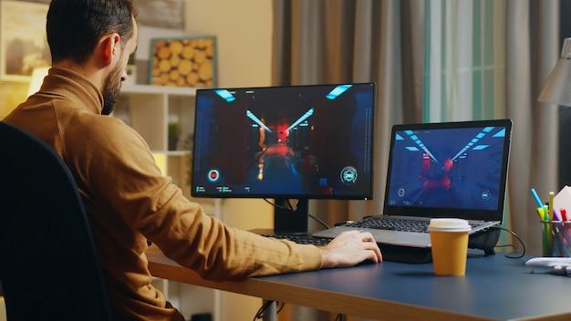 Создатель игры тестирует игру на уровне интерфейса. игровое развитие.