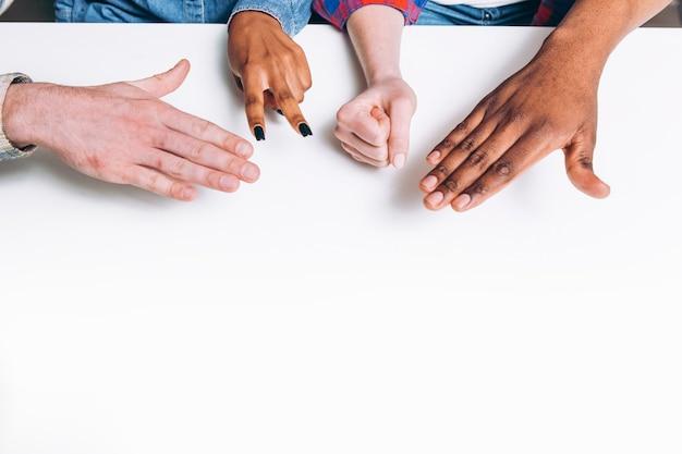 게임 재미 바위 종이 가위 손 놀이 인식 할 수없는 인종 간 근접 촬영 우정 취미 개념